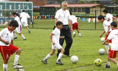 """""""El mejor método para enseñar a un niño a jugar al fútbol no es prohibir sino guiar"""""""